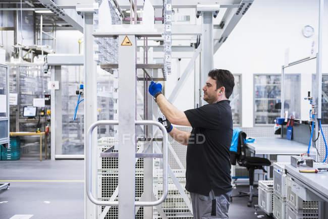Людина, що працюють у цеху заводу — стокове фото