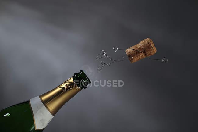 Шампанське Корк manikin в повітрі — стокове фото
