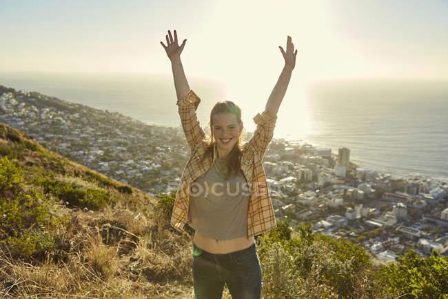 Frau mit Händen stehend auf Hügel — Stockfoto