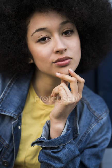Woman looking at camera — Stock Photo