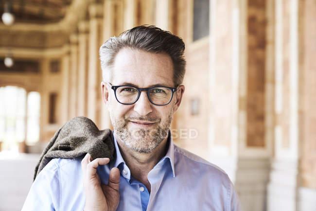 Homem de negócios com restolho usando óculos — Fotografia de Stock