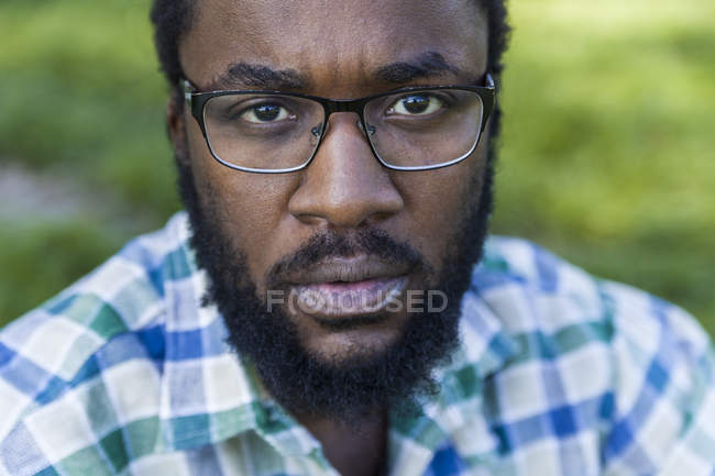 Ernst aussehender Mann mit Bart — Stockfoto