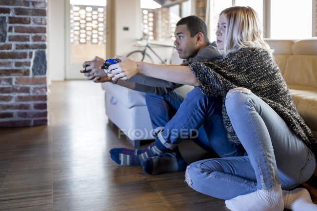 Amici che giocano il gioco per computer — Foto stock