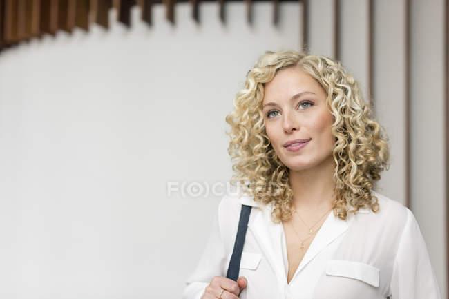 Портрет привлекательной улыбающейся блондинки-предпринимательницы — стоковое фото