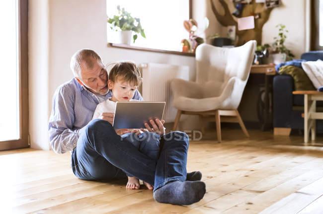 Abuelo y nieto con tableta Digital - foto de stock