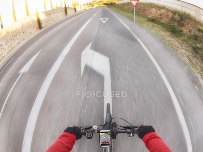 Особистої точки зору велосипедист на вулиці — стокове фото