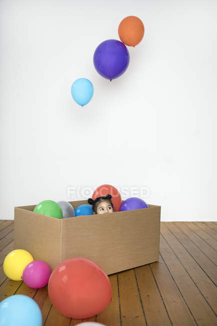 Girl inside cardboard box — Stock Photo