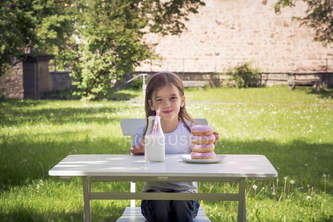 Дівчина з стека пончики — стокове фото