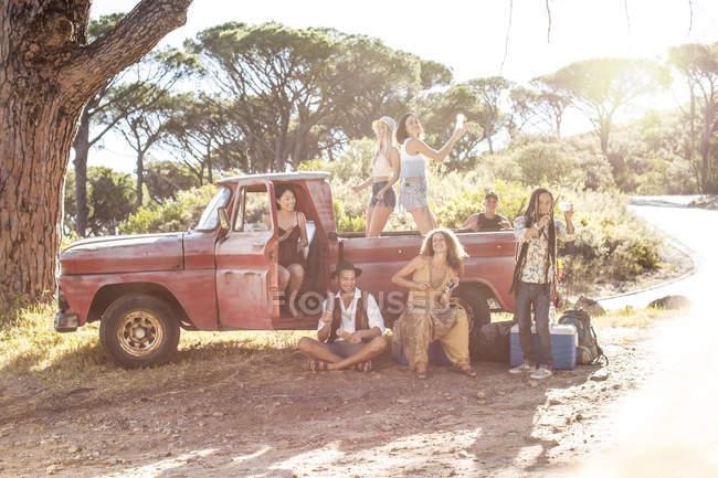 Giovani al di fuori pick up — Foto stock