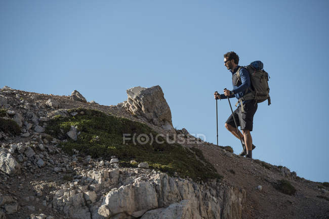 Man trekking in Dolomites — стоковое фото