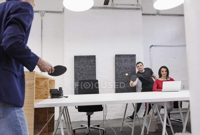 Kollegen spielen Tischtennis — Stockfoto