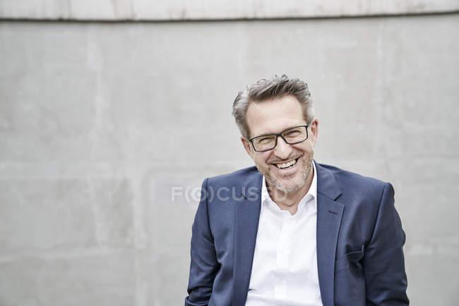 Sourire d'homme d'affaires, portant des lunettes — Photo de stock