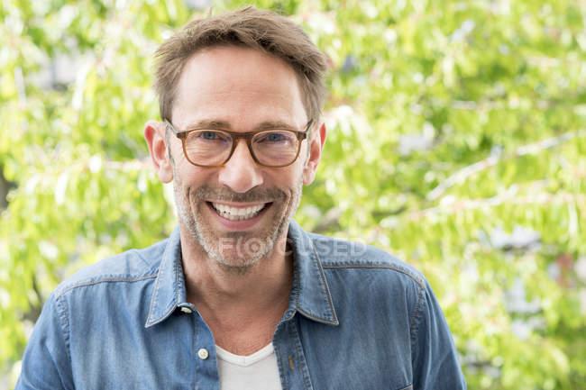 Hombre con gafas mirando a la cámara - foto de stock