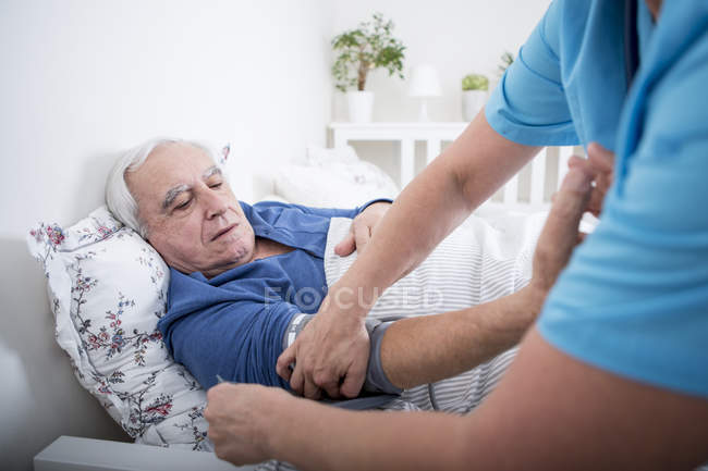 Krankenschwester misst Blutdruck des Patienten — Stockfoto