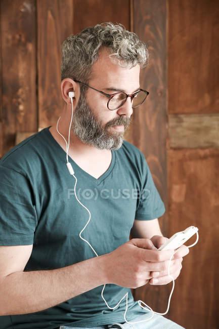 Uomo guardando Smartphone — Foto stock