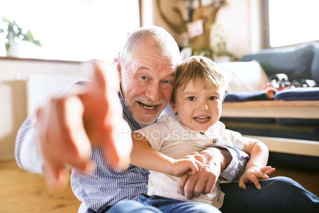 Abuelo y nieto que se divierten - foto de stock