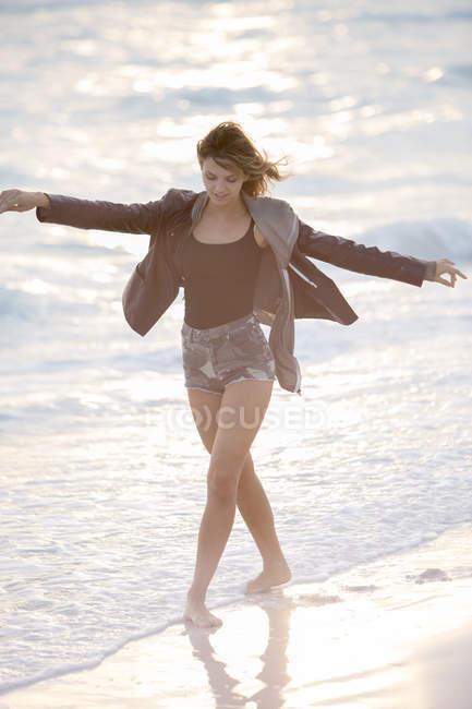 Junge Frau genießen Strand — Stockfoto