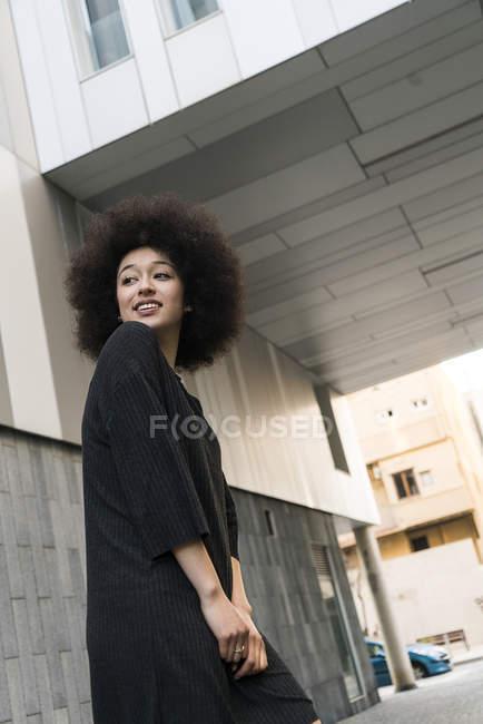 Retrato de una joven sonriente vestida de negro - foto de stock
