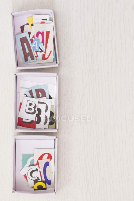 Буквы A, B, C в картонных коробках — стоковое фото