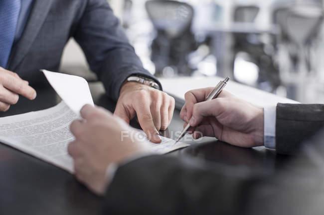 Geschäftsmann und Client Dokument signieren — Stockfoto