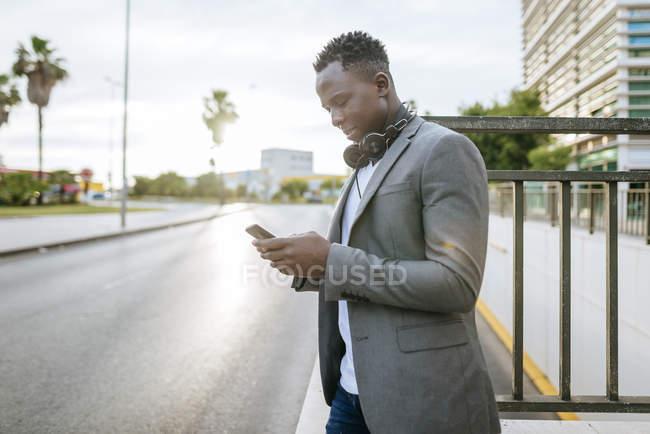 Mann, der auf smartphone schaut — Stockfoto