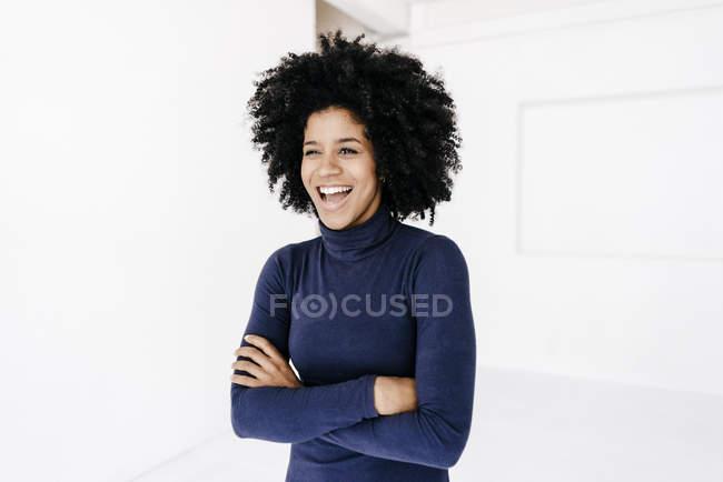 Женщина стоит со скрещенными руками — стоковое фото