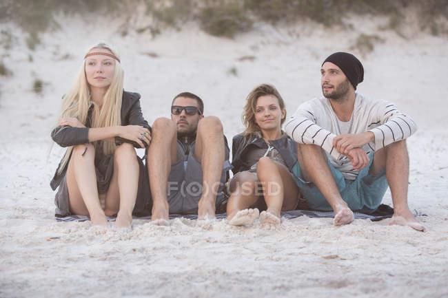 Amici Rilassarsi sulla spiaggia — Foto stock