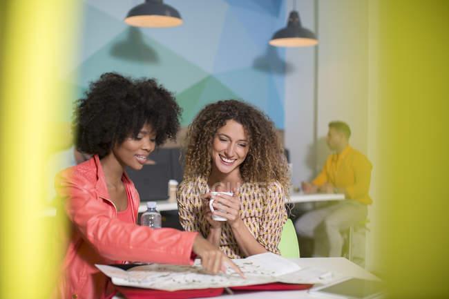 Женщины говорят в офис lounge — стоковое фото