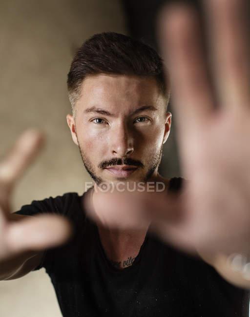Retrato de homem barbudo de mãos dadas na câmera — Fotografia de Stock