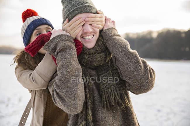 Coppia di scherzare sul lago ghiacciato — Foto stock