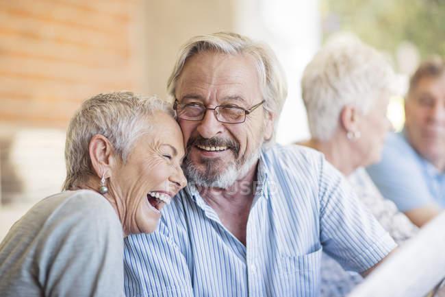 Seniorenpaar hat Spaß — Stockfoto