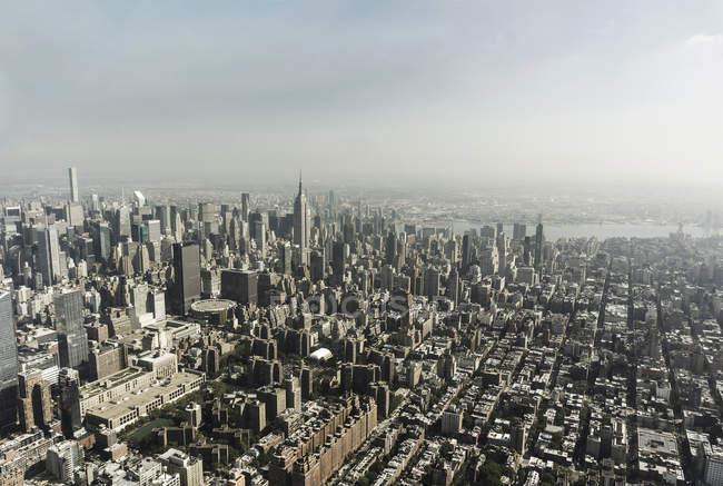 Horizonte de Manhattan com arranha-céus — Fotografia de Stock
