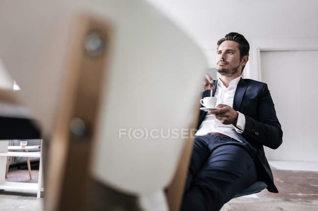 Бизнесмен делает перерыв на кофе — стоковое фото
