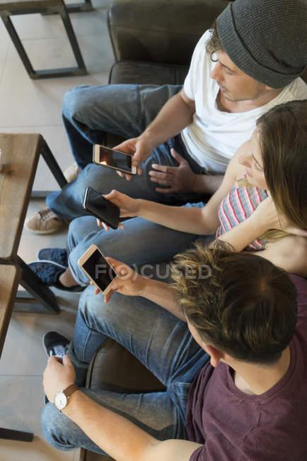 Freunde, die Nutzung von Mobiltelefonen — Stockfoto