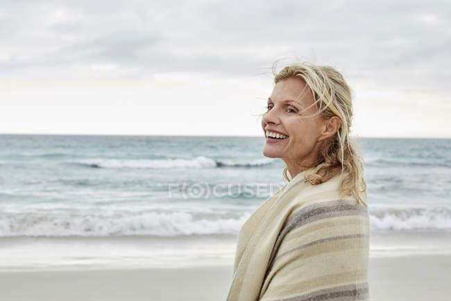 Женщина наслаждается видом на море — стоковое фото
