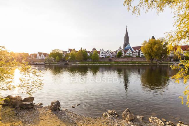 Ciudad con el río Danubio, Ulm - foto de stock