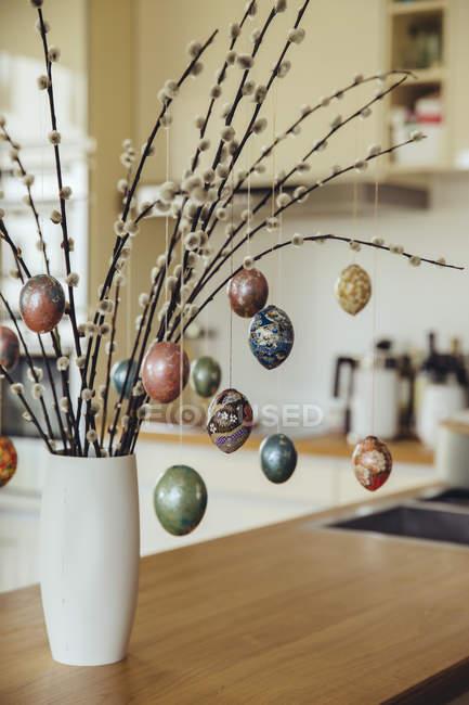 Uova di Pasqua che appendono sui rami come composizione decorativa per le vacanze di Pasqua — Foto stock