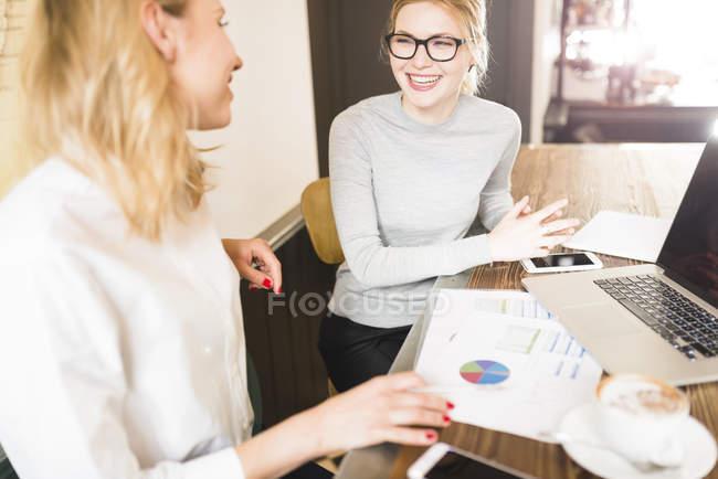 Trabalhando no projeto de mulheres de negócios — Fotografia de Stock