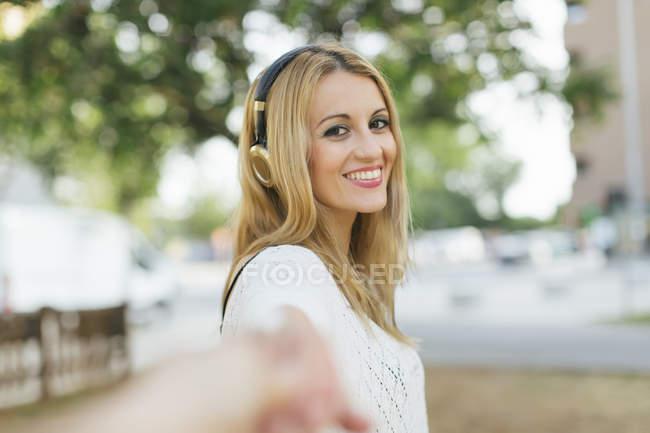 Усміхаючись блондин жінка з навушники — стокове фото