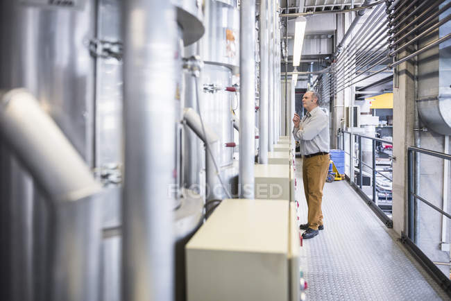 Mann untersucht System — Stockfoto
