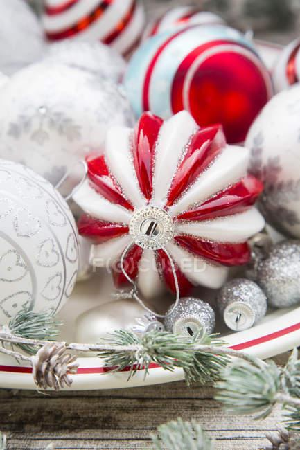 Adornos de Navidad en placa - foto de stock