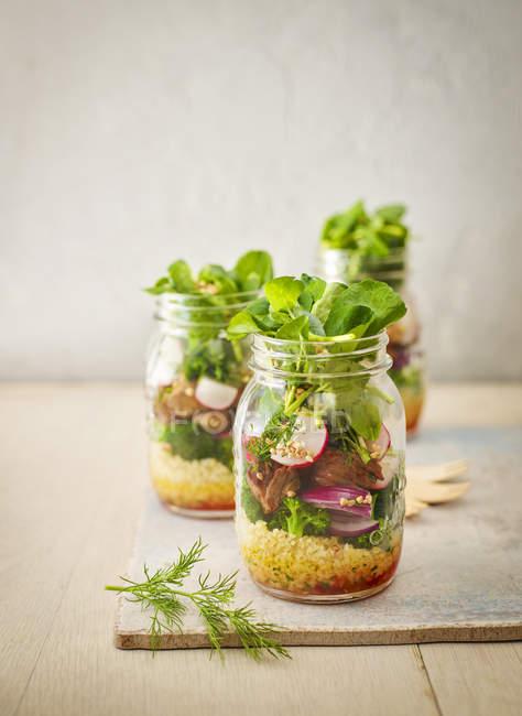Conserver les pots de salade de blé aux légumes — Photo de stock