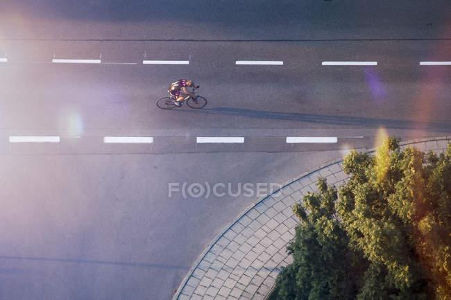 Велогонщик на улице — стоковое фото