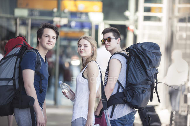 Young people traveling with backpacks, exploring Berlin — Stock Photo