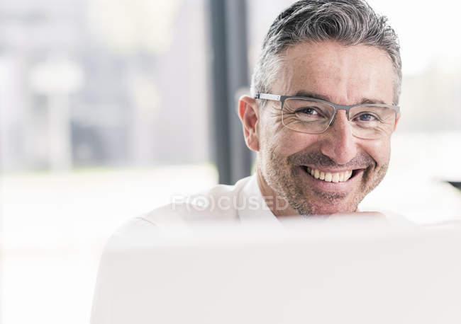 Geschäftsmann sitzt im Amt — Stockfoto