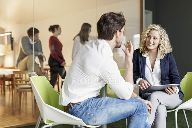 Два колегам говорити в офісі — стокове фото