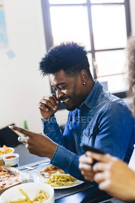 Homem usando telefones celulares — Fotografia de Stock