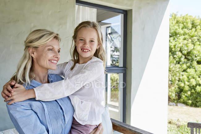 Женщина с маленькой дочерью — стоковое фото