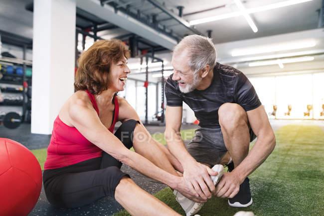 Упражнения для пожилых пар — стоковое фото