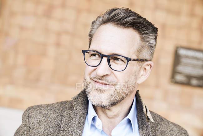 Uomo con stoppia con gli occhiali — Foto stock